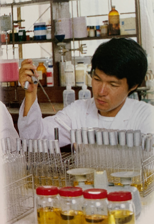 A young Kihara in the laboratory. Photo taken from Mr. Shota Saraya's autobiography.